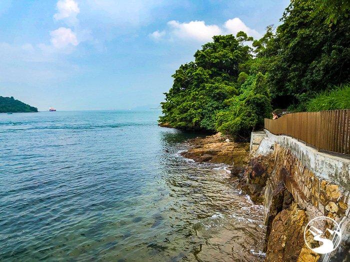 a coastal walk on Ma Wan (馬灣)